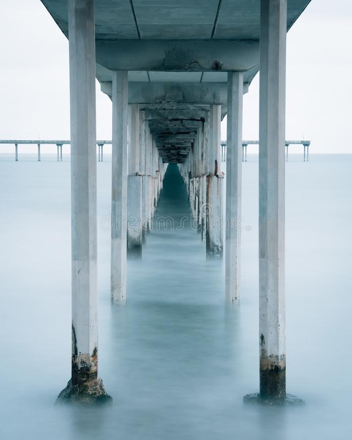 Долгая выдержка под пристанью пляжа океана в Сан-Диего, Калифорния стоковая фотография rf