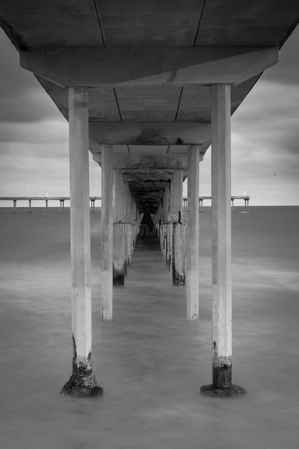 Долгая выдержка под пристанью пляжа океана в Сан-Диего, Калифорния стоковые изображения