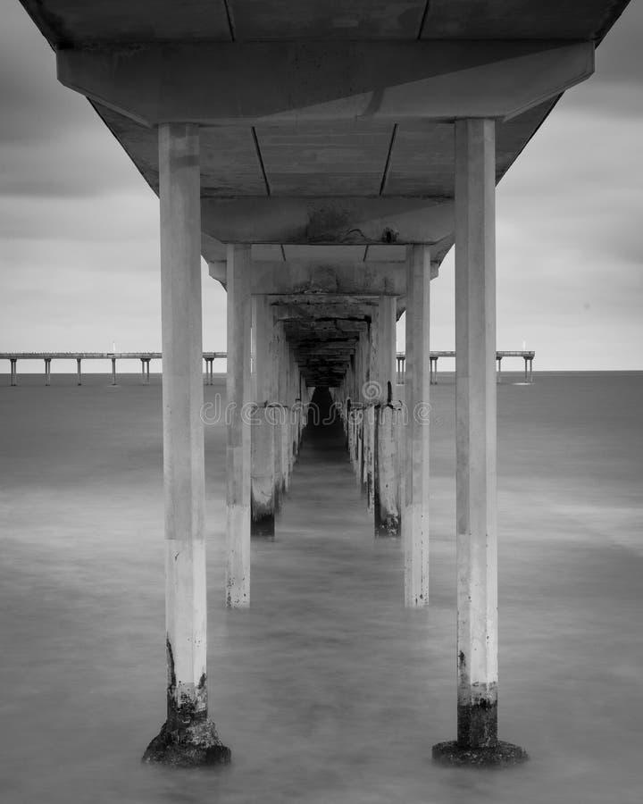 Долгая выдержка под пристанью пляжа океана в Сан-Диего, Калифорния стоковая фотография