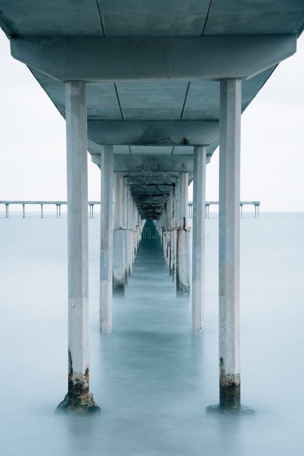Долгая выдержка под пристанью пляжа океана в Сан-Диего, Калифорния стоковые фото