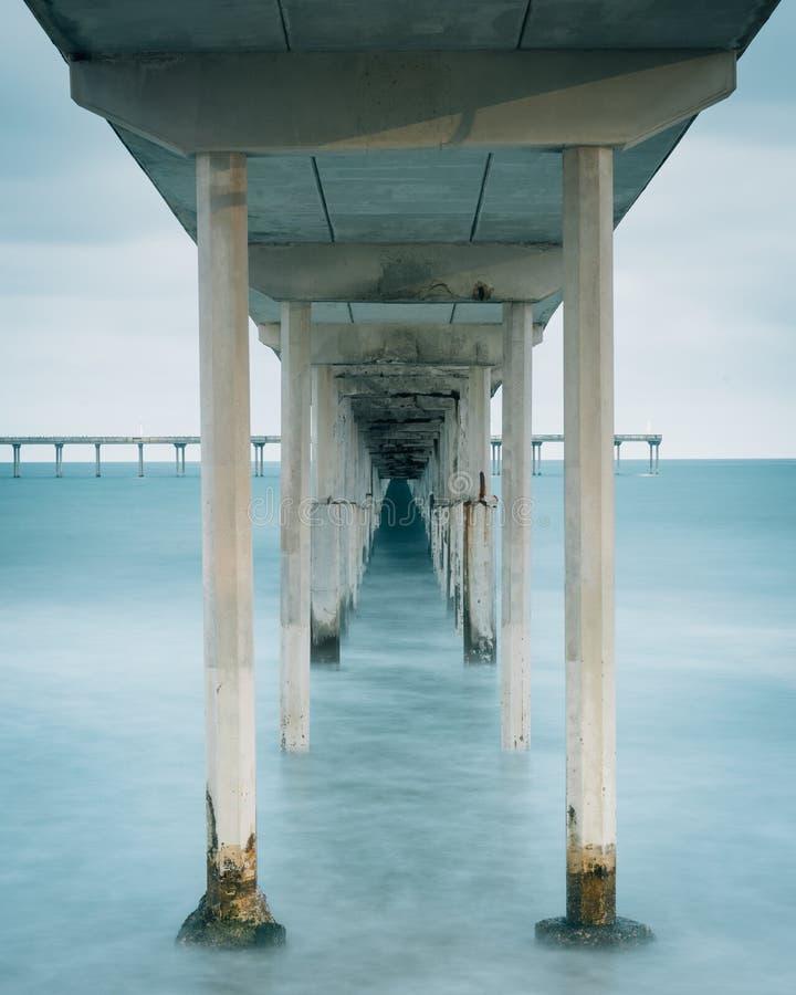 Долгая выдержка под пристанью пляжа океана в Сан-Диего, Калифорния стоковые изображения rf