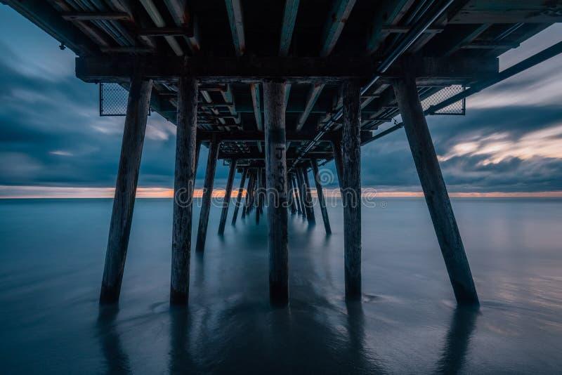 Долгая выдержка после захода солнца под пристанью в имперском пляже, около Сан-Диего, Калифорния стоковые изображения rf