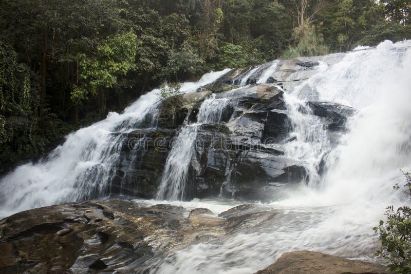 Долгая выдержка пышного водопада в Mae Klang Luang Chiang Mai, Таиланд стоковые изображения