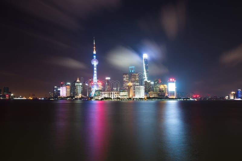 Долгая выдержка района Пудуна, современных небоскребов, Рекы Huangpu в Шанхае вечером Городской пейзаж и городская архитектура стоковые изображения rf
