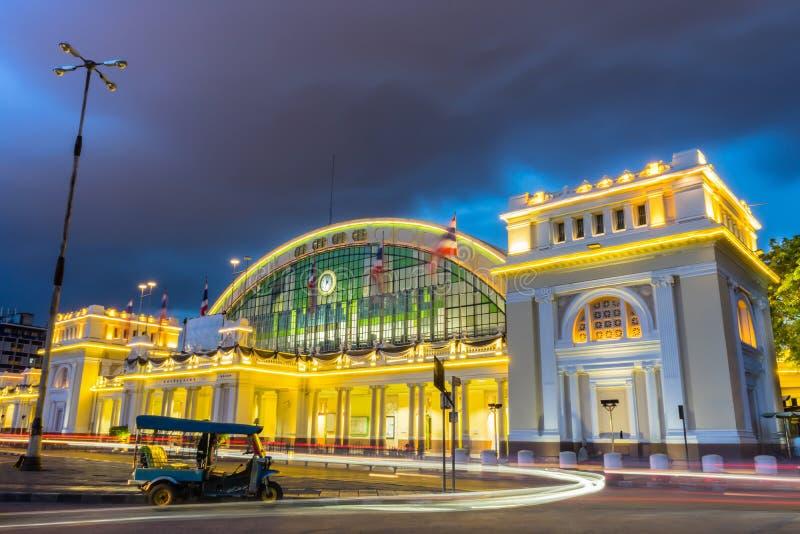 Долгая выдержка, света бежать, трицикл автомобиля припаркованный перед железнодорожным вокзалом Бангкока стоковая фотография