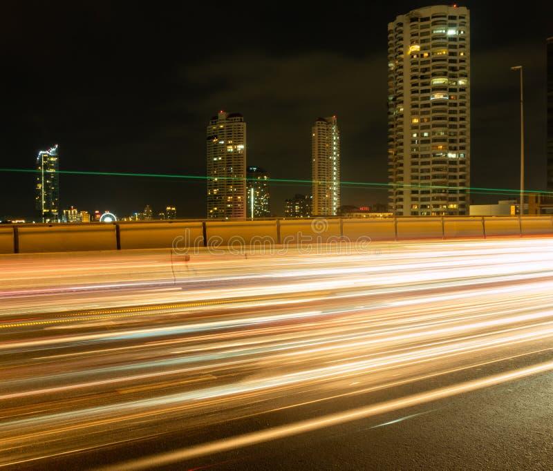 Долгая выдержка светов автомобиля на мосте стоковое фото rf