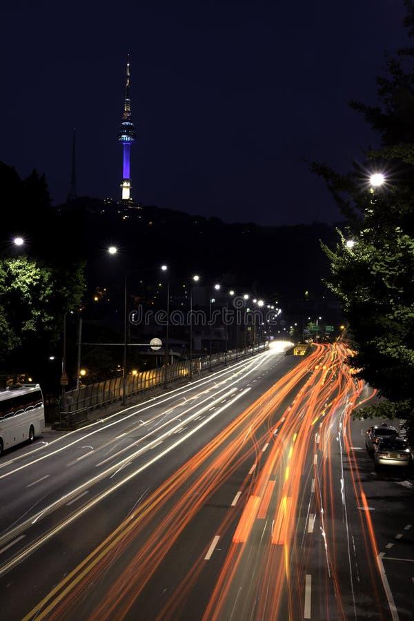 Долгая выдержка светов автомобиля. стоковые фотографии rf