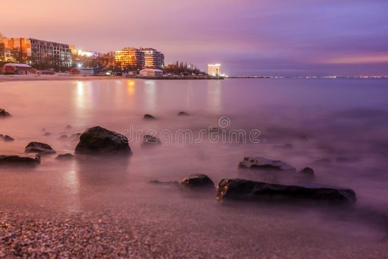 Долгая выдержка сногсшибательного скалистого пляжа в Одессе на сумраке стоковые фотографии rf