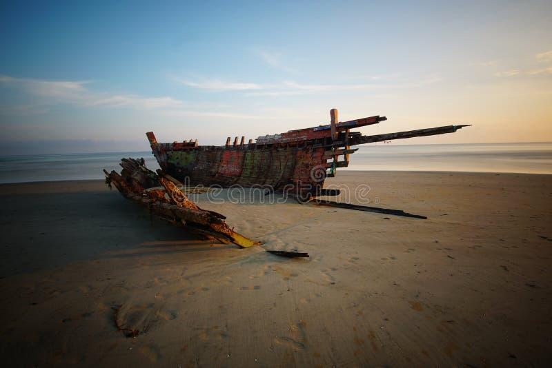 Долгая выдержка снятая во время восхода солнца на пляже получать kelantan используя фотографию треноги терпела кораблекрушение не стоковые изображения rf