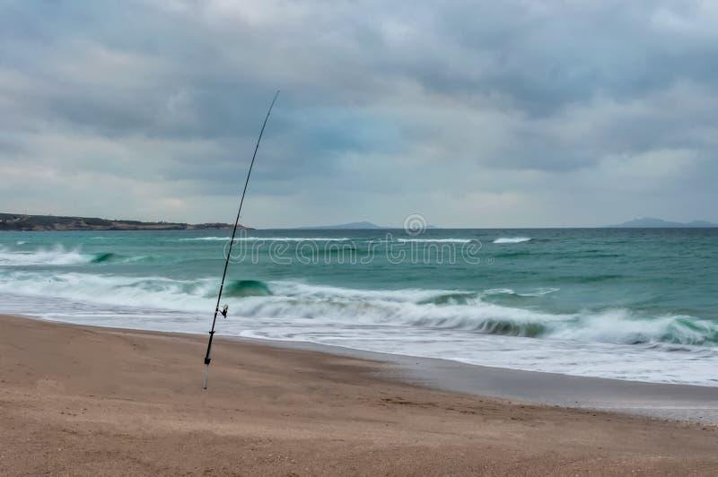 Долгая выдержка удя поляка на пляже в зиме стоковое фото rf