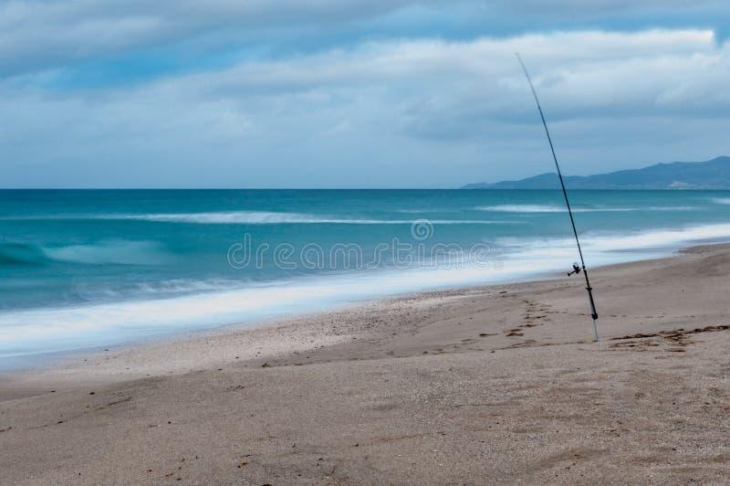 Долгая выдержка удя поляка на пляже в зиме стоковое изображение