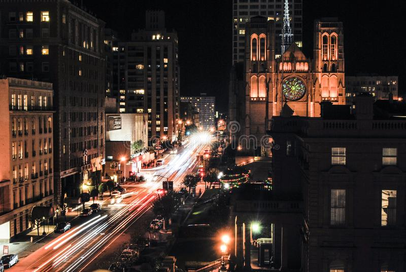 Долгая выдержка улицы Калифорния в Сан-Франциско вечером стоковое изображение rf