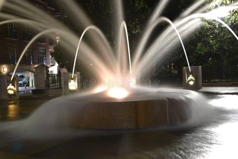 Долгая выдержка фонтана вечером стоковое изображение