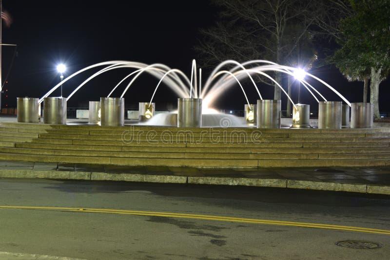 Долгая выдержка фонтана вечером стоковая фотография