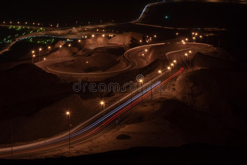 Долгая выдержка Nighttime точки зрения переплетенного шоссе на Jebal Hafeet aka Jebel Hafit в Al Ain, ОАЭ стоковая фотография rf