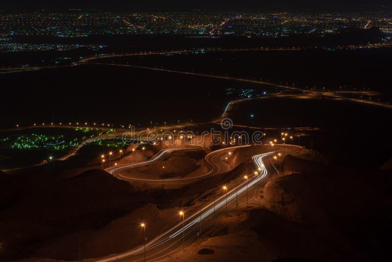 Долгая выдержка Nighttime точки зрения переплетенного шоссе на Jebal Hafeet стоковые изображения rf