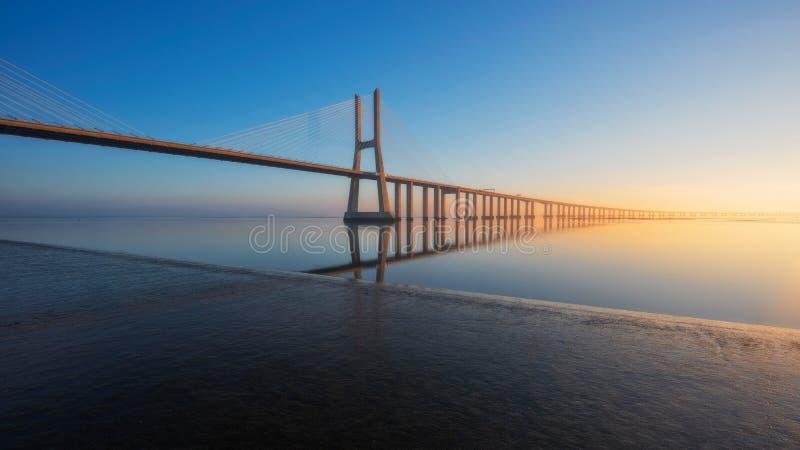 Долгая выдержка Vasco de Gama Моста, Лиссабона, Португалии стоковые изображения rf