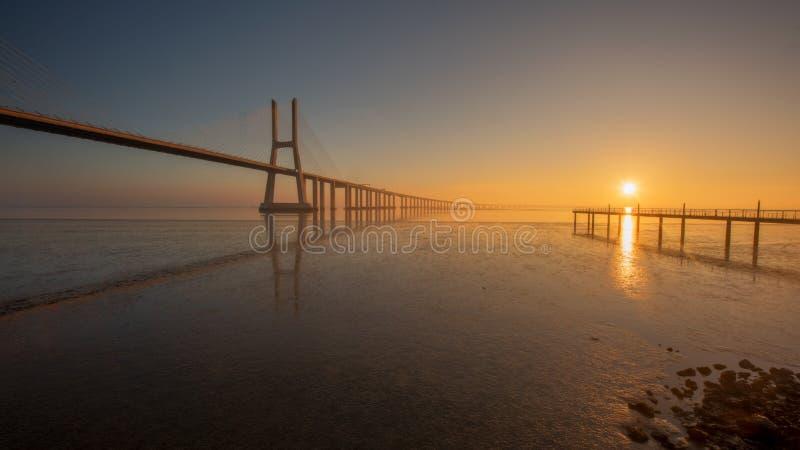 Долгая выдержка Vasco de Gama Моста, Лиссабона стоковые фото