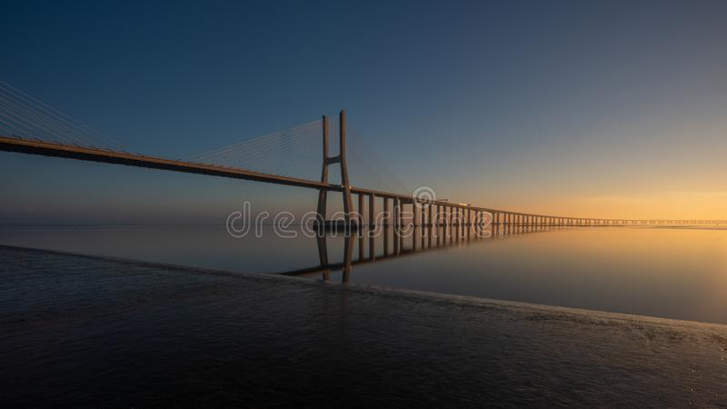 Долгая выдержка Vasco de Gama Моста, Лиссабона стоковое изображение rf