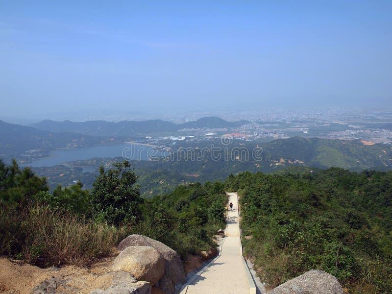 Долгий путь от вершины горы к ноге горы смогите увидеть небо и лагуну стоковые фотографии rf
