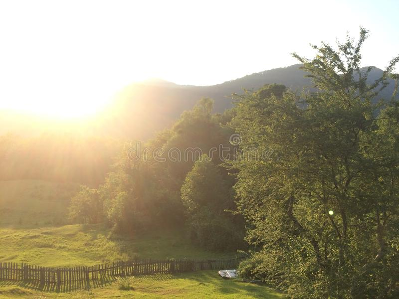 Долина горы во время восхода солнца Естественный ландшафт лета стоковая фотография
