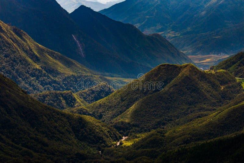 Долина горы во время восхода солнца Естественный ландшафт лета стоковая фотография rf