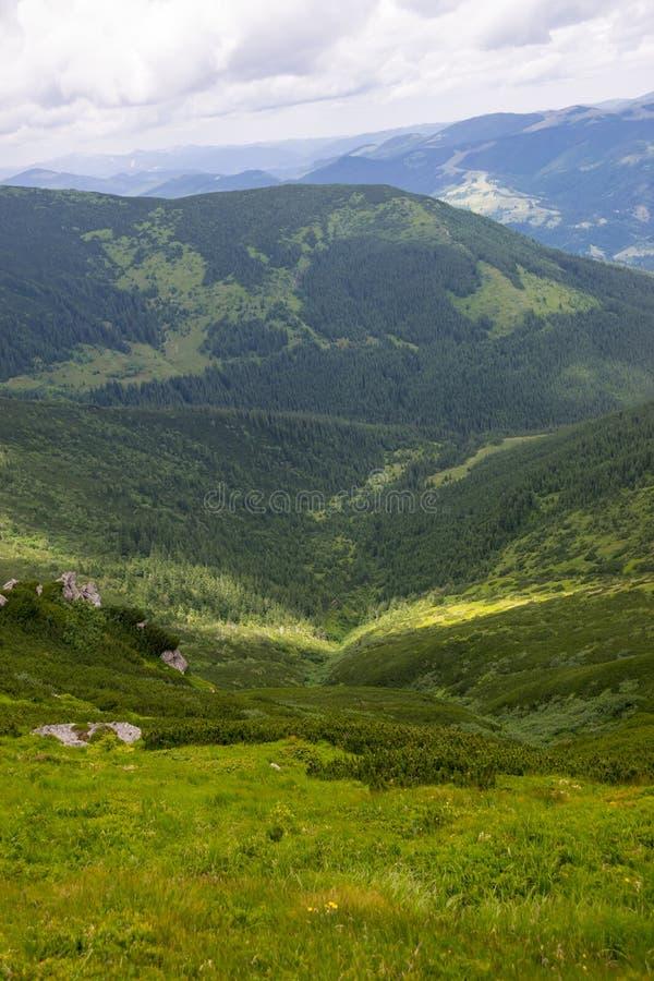 Долина горы в летнем дне стоковое изображение