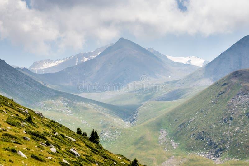 Долина горы летом, Алма-Ата, Казахстаном Взгляд от горного пика Kumbel стоковое фото rf