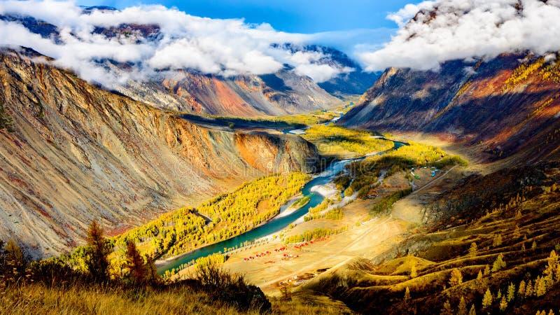 Долина горы на солнечном утре Подачи реки через долину стоковое фото