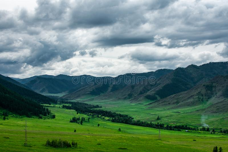 Долина гор и облаков шторма стоковое фото rf