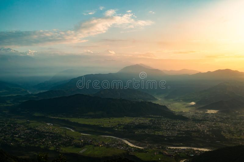 Долина и Гималаи Pokhara на восходе солнца от Sarangkot, Непала стоковые изображения