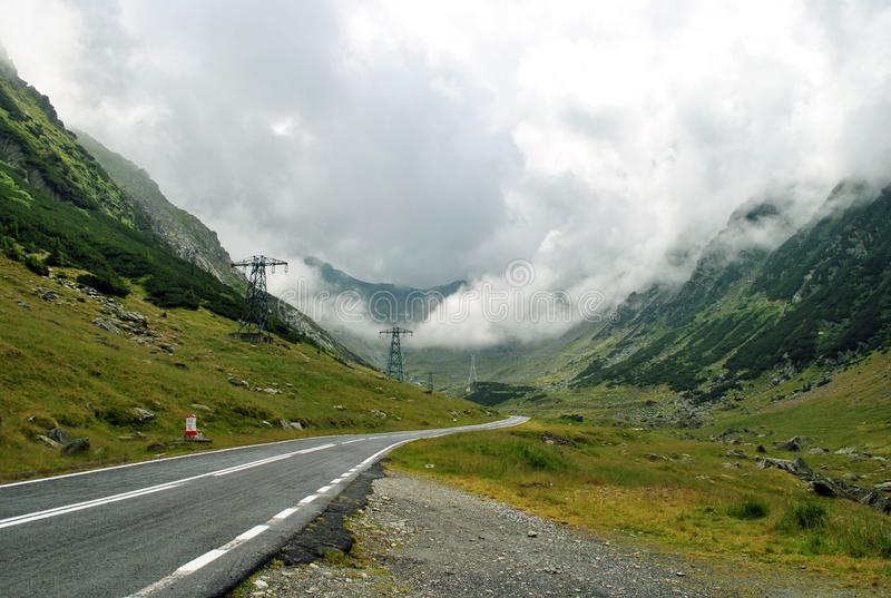 долина между высокими горами стоковое изображение