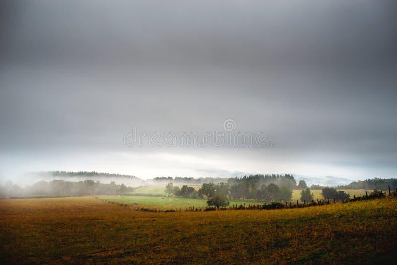 Долина с туманом над горами, Европой стоковые изображения rf