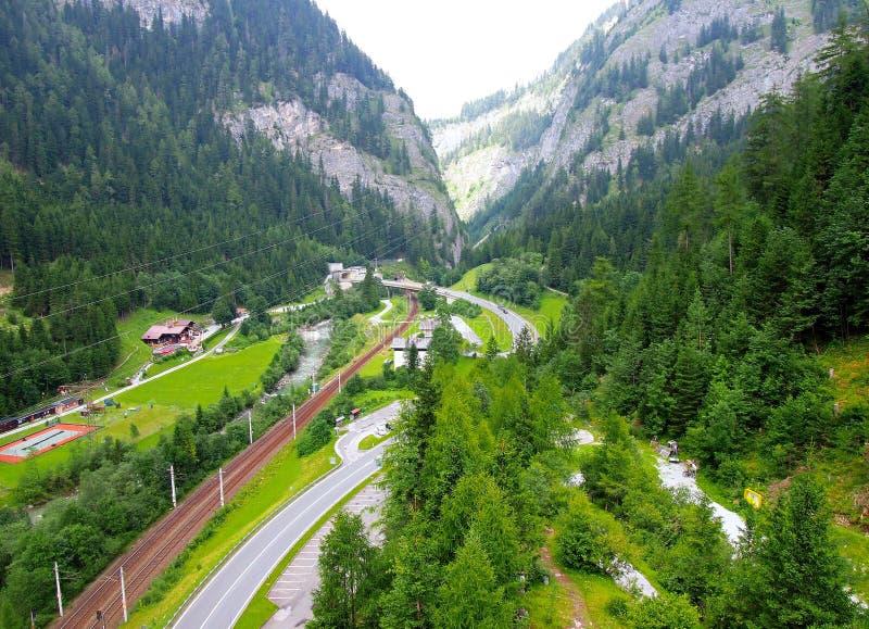 Долина Alpen туманная летом Австрией стоковая фотография