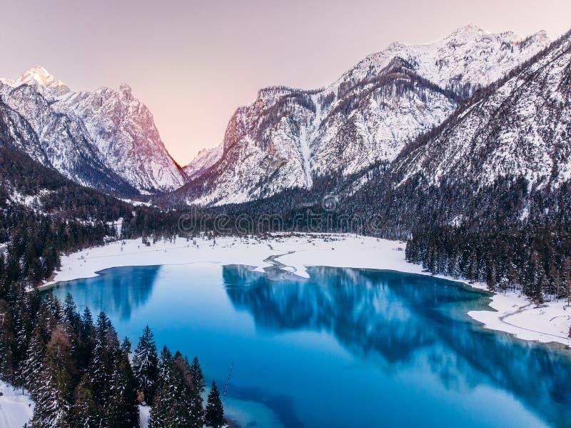 Долина Funes di Val доломитов зимы захода солнца озера Misurina голубая, Италия Воздушный взгляд сверху стоковое фото