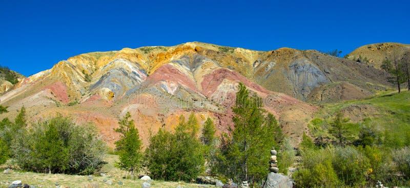 Долина Kyzyl-Chin, горы Altai, Россия Покрашенные утесы Kyzyl-Chin другое имя Марс Живописный марсианский ландшафт стоковое фото