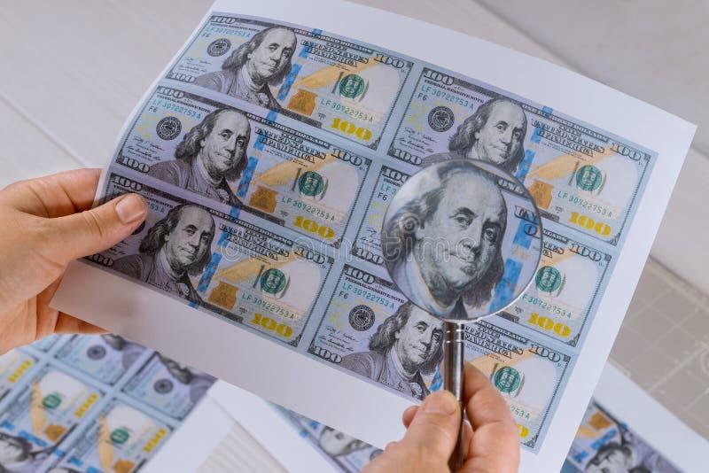 100 долларовых банкнот для печати высокого уровня безопасности лупы стоковые изображения