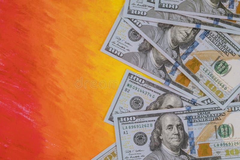 100 долларов счетов банкнот на оранжевой предпосылке Концепция денег стоковое изображение
