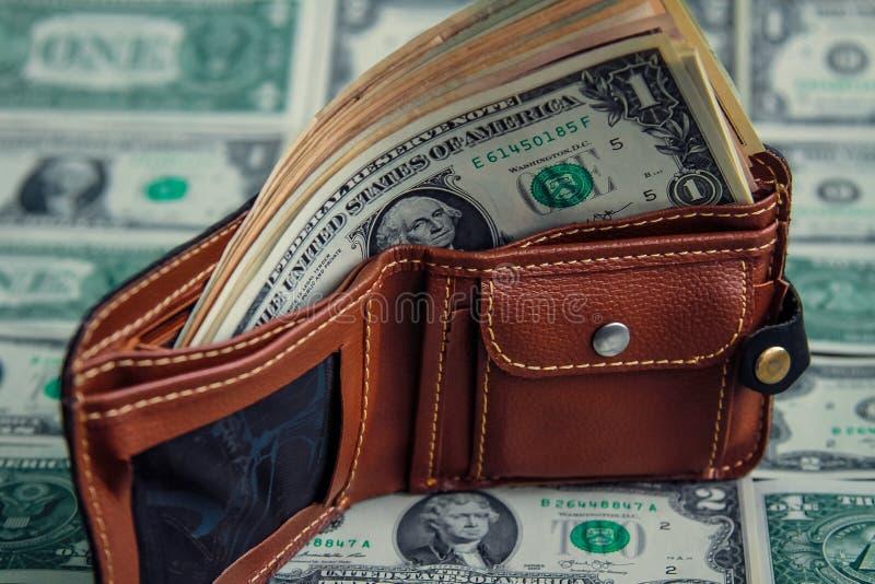 Доллары в бумажнике на мягких деньгах конец вверх стоковые фото