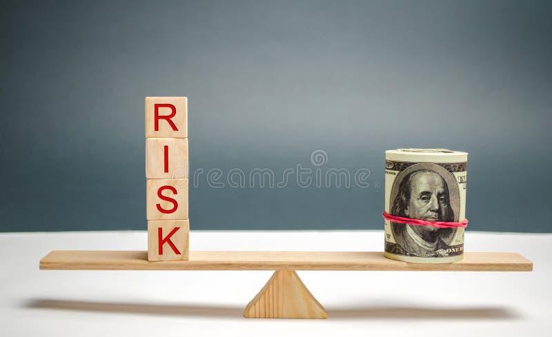 """Доллары и надпись """"риск """"в масштабах Концепция финансового риска и инвестировать в проекте дела Делать ri стоковые изображения rf"""