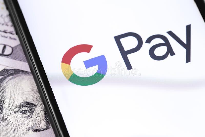 Доллары и смартфон крупного плана с логотипом оплаты Google на экране стоковое изображение rf
