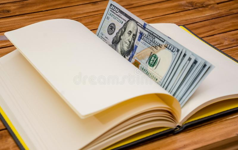 Доллары на конце блокнота вверх стоковое изображение rf