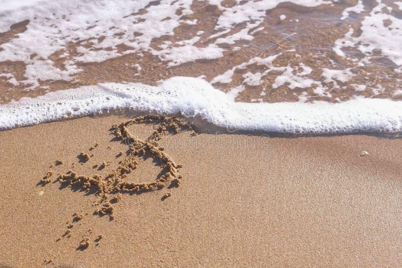 Доллар подписывает внутри песок моря Волны помыли прочь надпись стоковое изображение rf