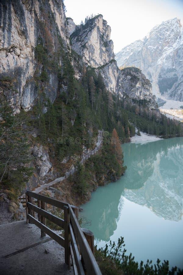 Доломиты, Италия Красивый ландшафт гор и голубого озера Спуск вниз стоковая фотография