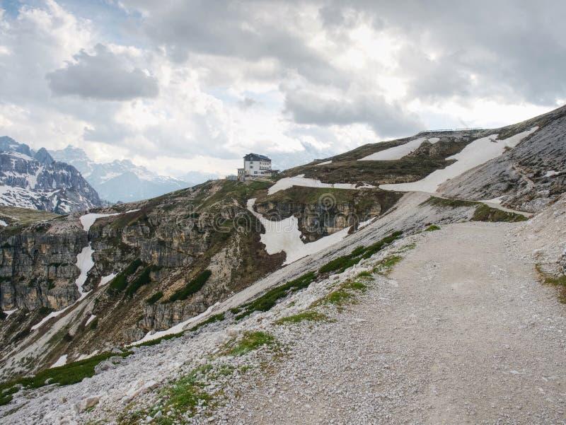 ДОЛОМИТЫ, ИТАЛИЯ - 26-ое мая 2018: Refugio Auronzo, высокогорная хата 2333m стоковая фотография rf