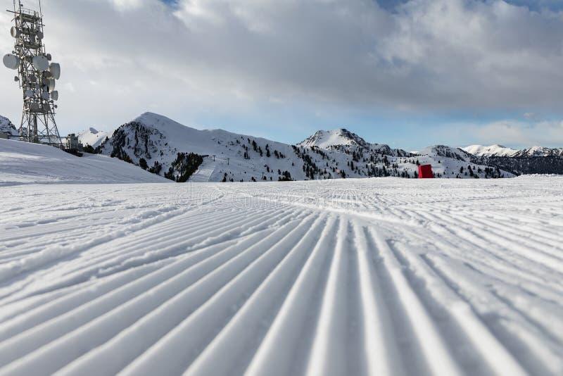 Доломиты, лыжный район с красивыми наклонами Пустой наклон лыжи в зиму на солнечный день Подготовленный piste и солнечный день стоковая фотография rf