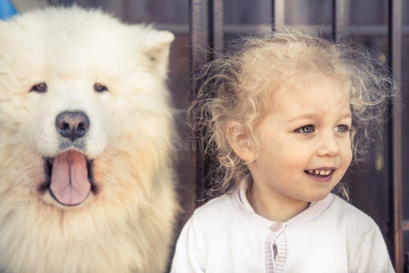 Домашнее животное портрета собаки ребенка и подобное приятельство предохранителя домашнего животного концепции владельца ребенка стоковая фотография rf
