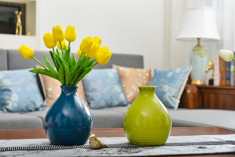 Домашнее оформление интерьера, букет тюльпана в вазе стоковое изображение