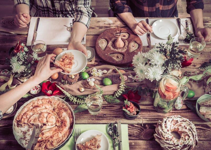 Домашнее торжество друзей или семьи на праздничной таблице стоковое изображение