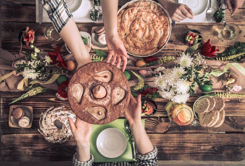 Домашнее торжество друзей или семьи на праздничной таблице стоковое изображение rf